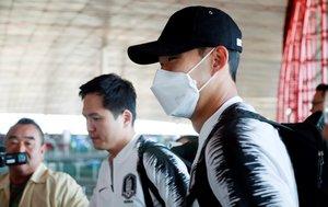 El capitán de la selección surcoreana Heung-min Son, jugador del Tottenham, este lunes en el aeropuerto de Pekín camino a Corea del Norte.