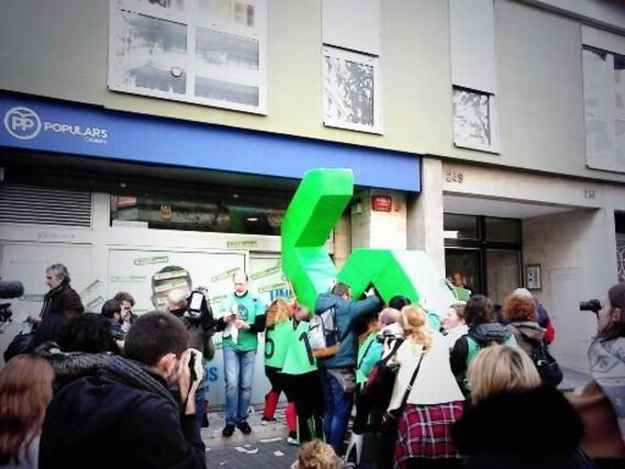 Acción de la PAH frente a la sede del PPC en Barcelona.