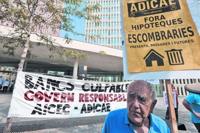 Afectados de las hipotecas con cláusula suelo se manifiestan en la Ciudad de la Justicia, en julio del 2013.