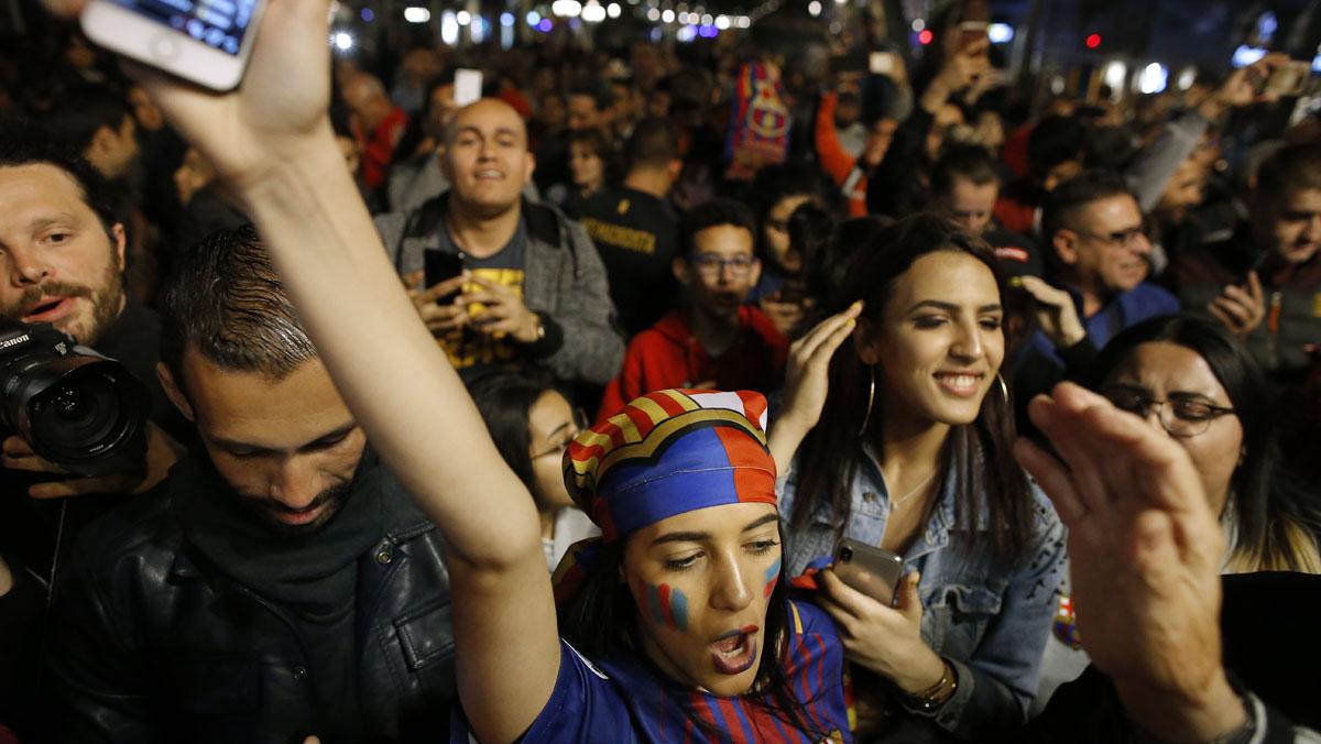 Celebrarán esta tarde el doblete con una rúa, y los aficionados culés piden el pasillo el próximo domingo en el Bernabéu.
