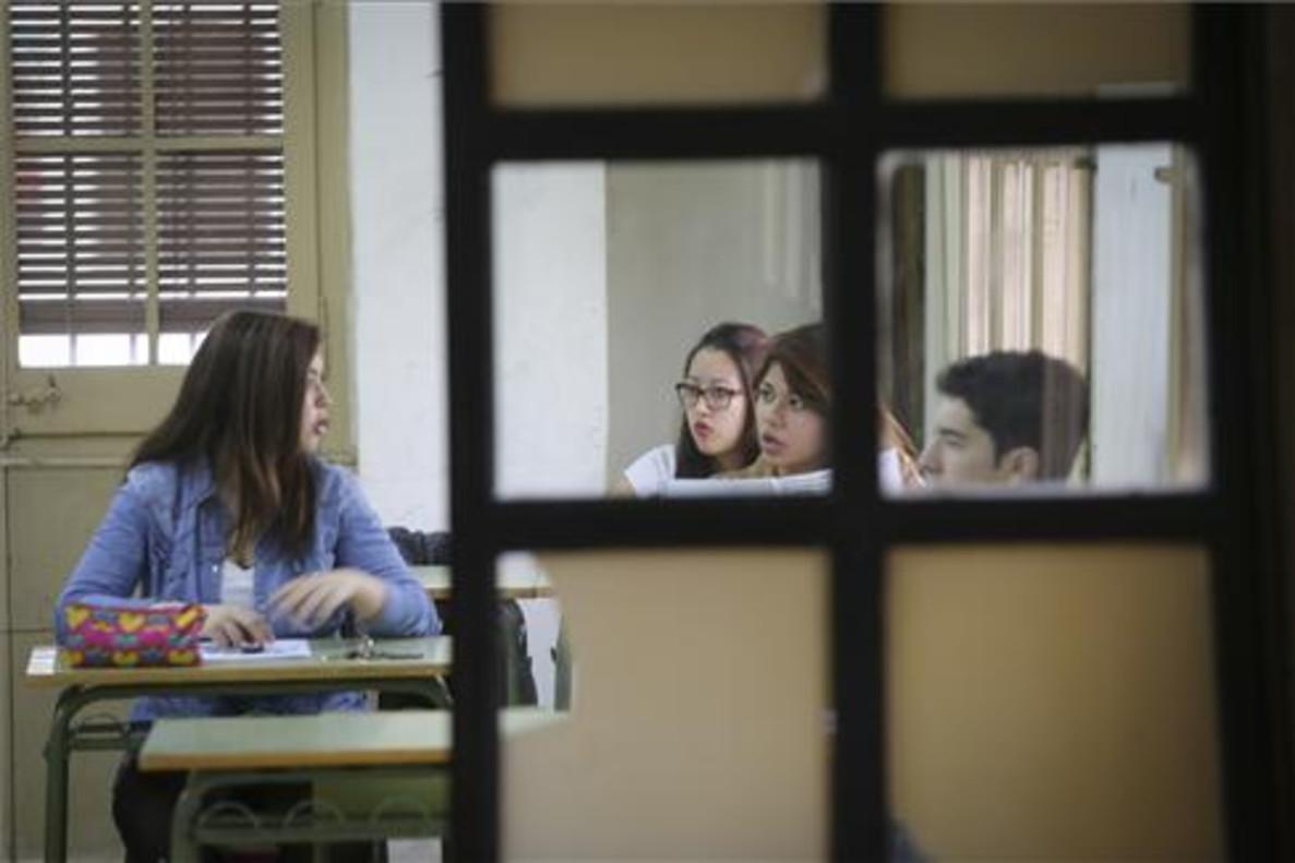 Alumnos durante una prueba de competencias básicas de final de ESO en el instituto Lluís Vives de Barcelona.