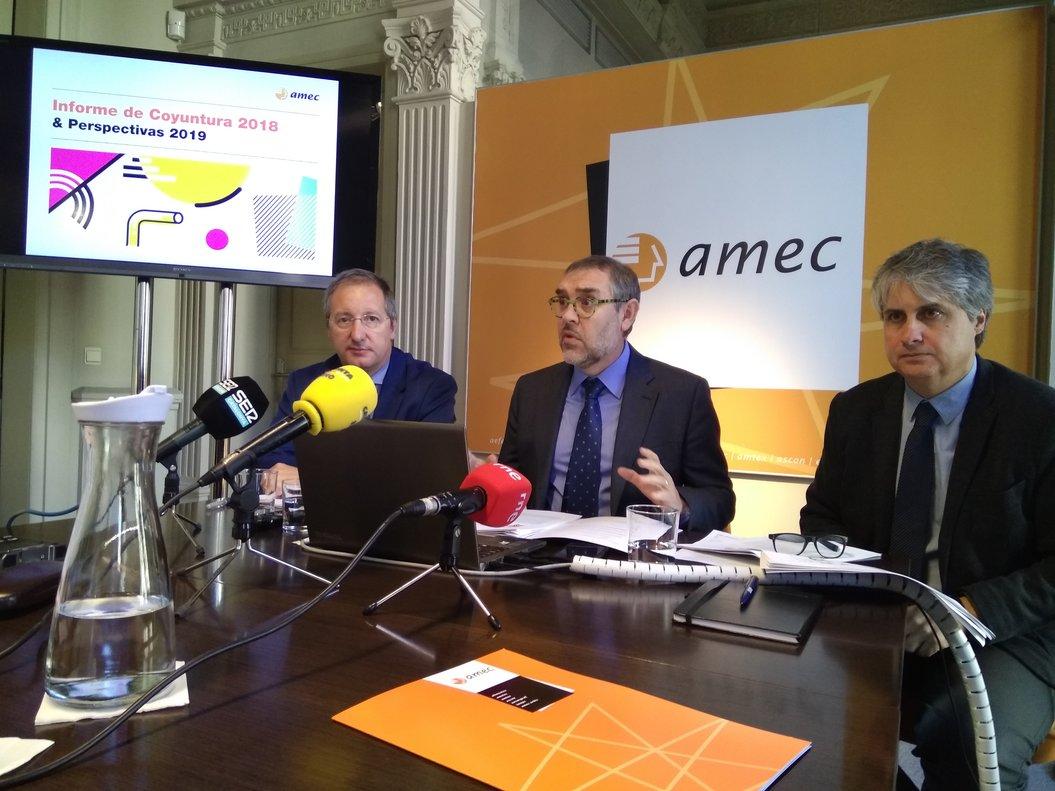 Joan Tristany, en el centro, explica el balance anual de las empresas de Amec, acompañado por Diego Guri (derecha) y Òscar Puig (izquierda).