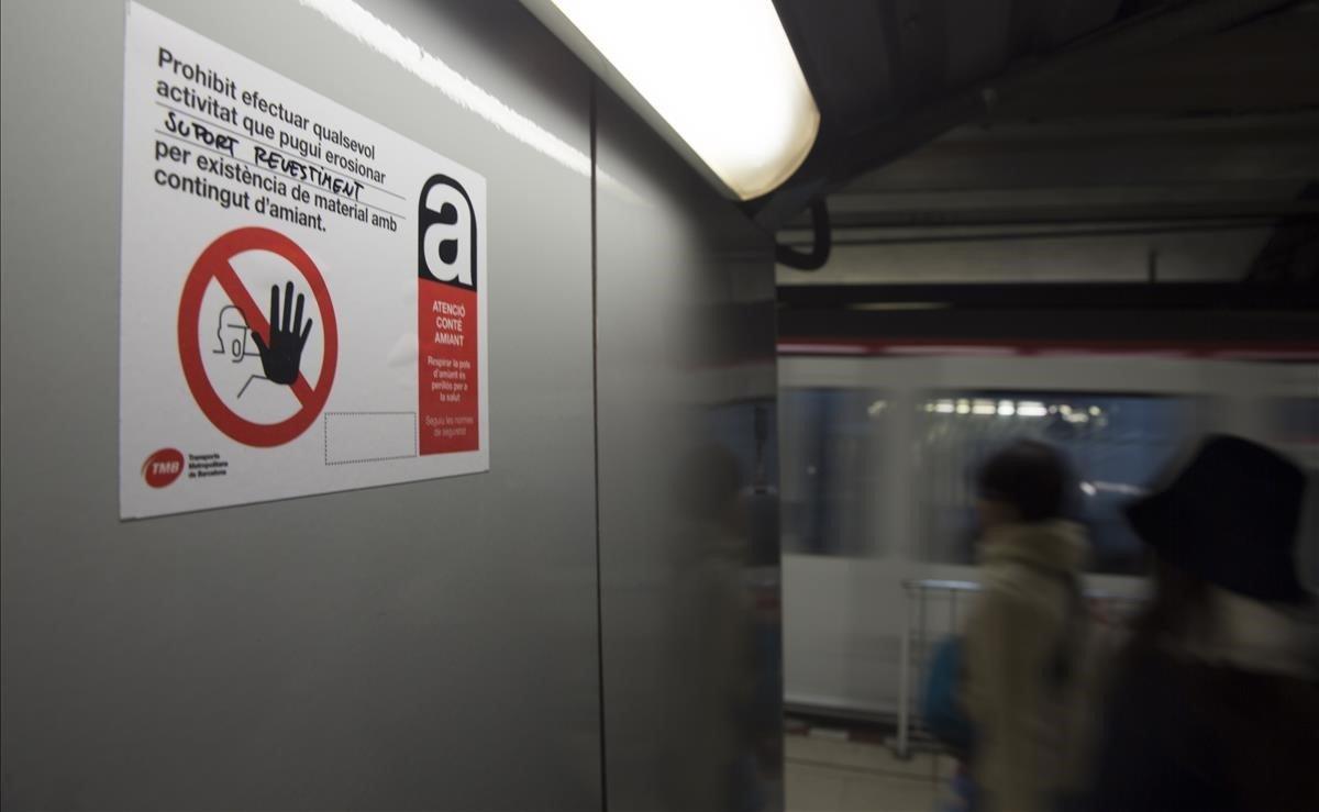 Unos carteles por riesgo de amianto alarman a los pasajeros del metro de Barcelona.