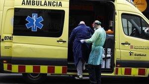 Un anciano con síntomas de coronavirus es trasladado a un hospital en Barcelona
