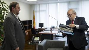 Andreu Mas-Colell (derecha) entrega documentacióna susucesor al frente de la Conselleria dEconomia, Oriol Junqueras, el 14 de enero del 2016, día del traspaso de carteras.