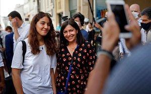 Anne Hidalgo (derecha), junto a una seguidora en París.