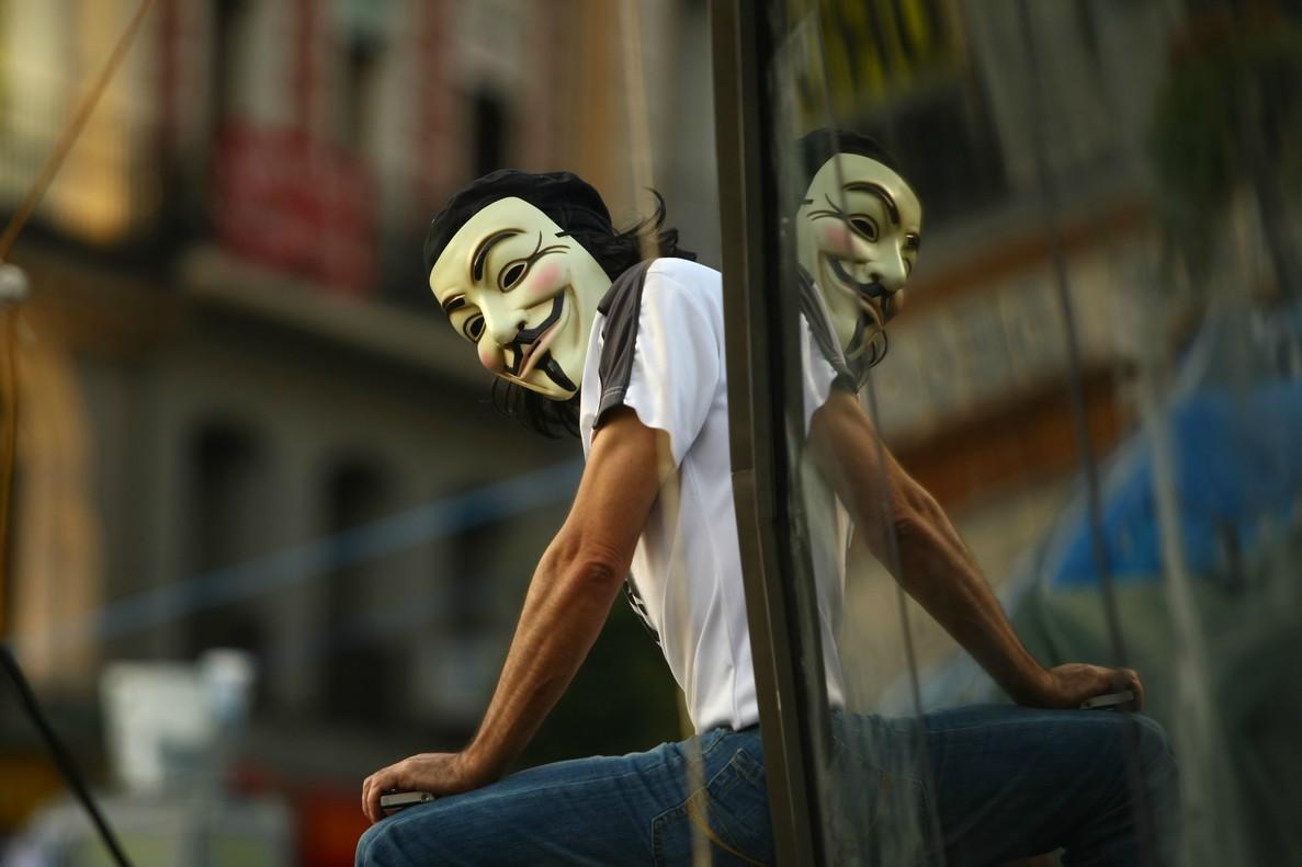 Un simpatizante de Anonymous en la Puerta del Sol.