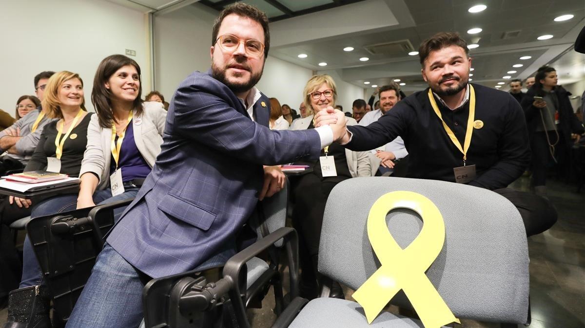 Aragonès y Rufián se felicitan tras la votación de ERC para validar el acuerdo que investirá a Sánchez.