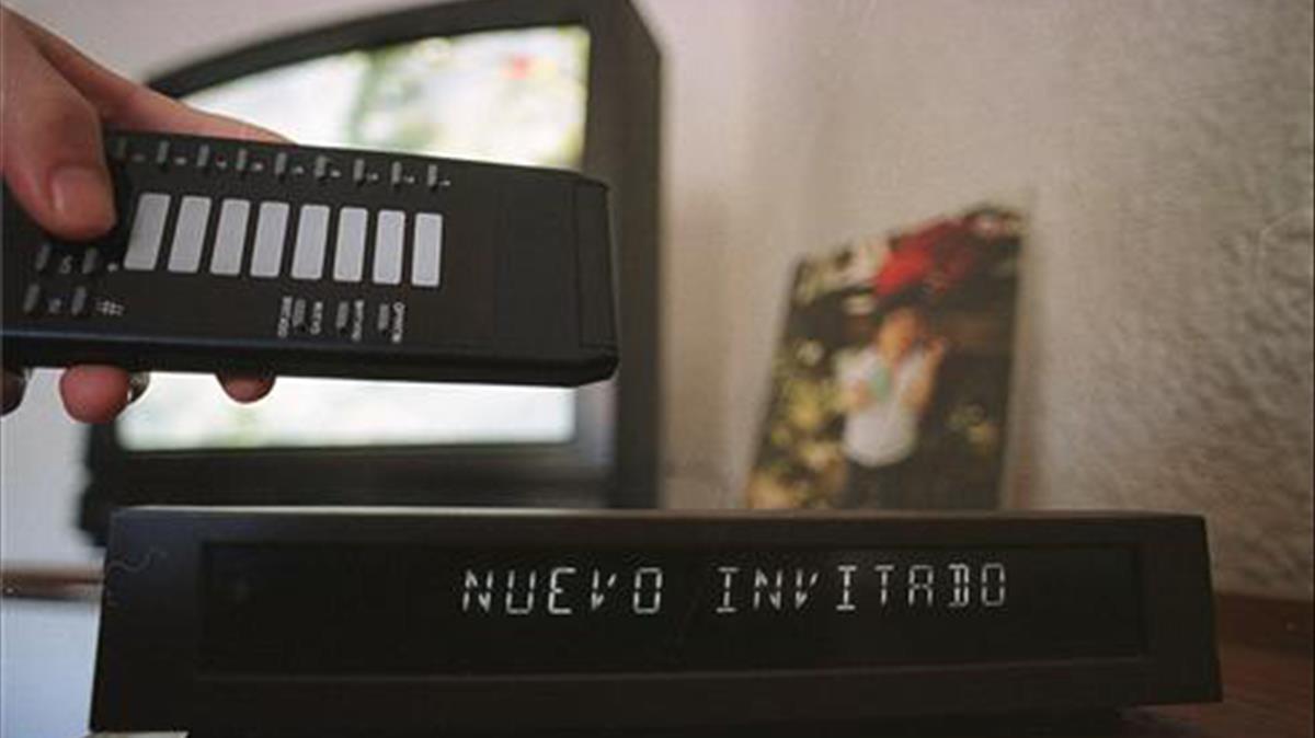 Imagen deunaudímetro, para el control de las audiencias televisivas, en un hogar español