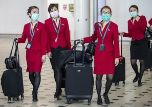 Brisbane (Australia), 30/01/2020.- Flight attendants wear protective face masks at Brisbane International Airport in Brisbane, Australia, 31 January 2020. Australia confirmed at least 9 cases of coronavirus, prompting the government to plan a much-criticized relocation plan for Wuhan evacuees to the remote Christmas Island for two weeks. The virus originated in the Chinese city of Wuhan and has so far killed at least 213 people, infecting over 8,000 others, mostly in China. EFE/EPA/GLENN HUNT AUSTRALIA AND NEW ZEALAND OUT