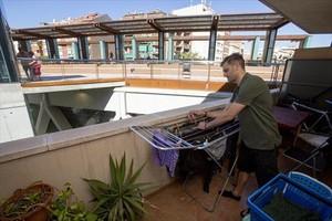 Un balcón de la calle de Burgos a muy pocos metros y al mismo nivel que la nueva rambla aérea de Sants, ayer.
