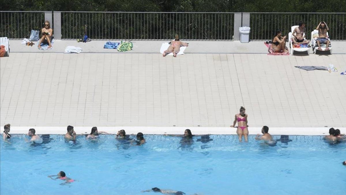 Barcelona recuerda a las piscinas públicas que deben permitir el toples, como recuerda la cuarta teniente de alcalde, Janet Sanz.