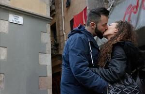 Jose y Sara ponen en práctica el nombre de la calle frente a la quese besan:la calle dels Petons.