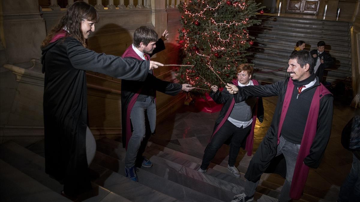 Cuatro asistentes con varita a la BCN PotterCon, el sábado, enlas escaleras del edificio histórico de la Universidad de Barcelona, reconvertido en el colegioHogwarts.