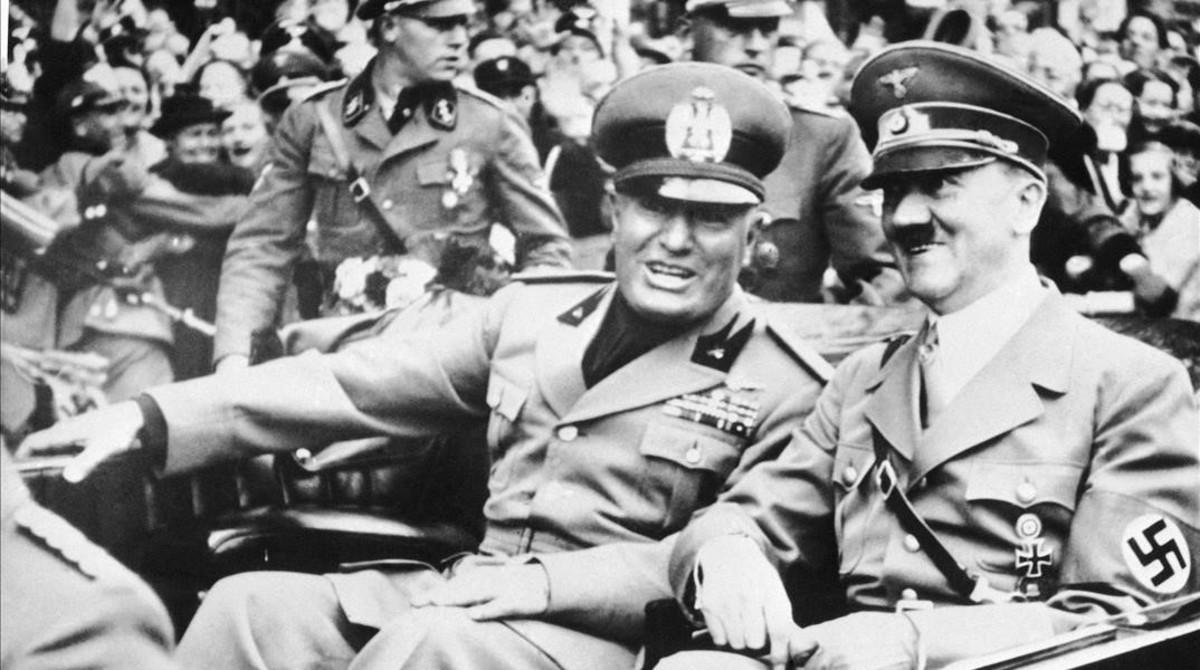 Benito Mussolini (izquierda) y Adolf Hitler en Munich en 1938.