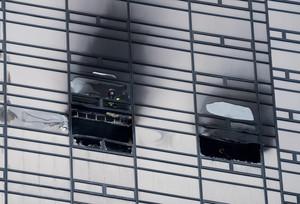 Un bombero inspecciona uno de los apartamentos afectados por el fuego de la Torre Trump.
