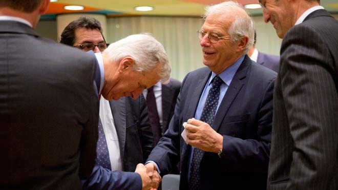Borrell considera necesario conocer la declaración futura para aprobar el acuerdo de retirada sobre Gibraltar. En la foto, el saludo entre el negociador Michel Barnier y Josep Borrell en Bruselas.