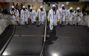 Soldados de Brasil haciendo trabajos de fumigación para detener el coronavirus.
