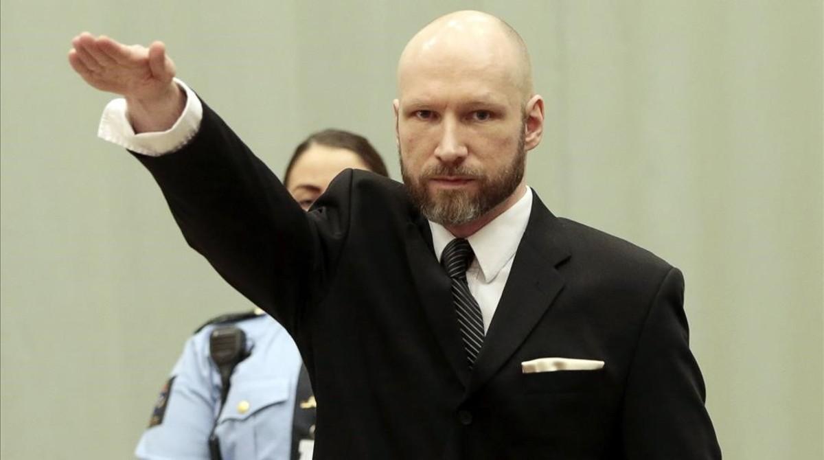 Breivik hace el saludo nazi en el tribunal de apelación de Borgarting, en la prisión de Telemark Skien (Noruega), el 10 de enero.