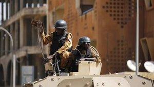 Un tanque del Ejército de Burkina Faso resguarda las zonas de un atentado.