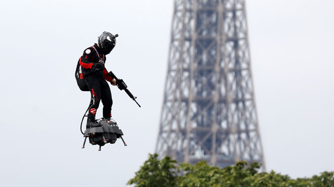 El campeón del mundo de motos de agua, Franky Zapata, durante el desfile del 14 de julio en París.