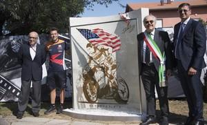 Carmelo Ezpeleta y Denis Pazzaglini, a la izquierda, en la inauguración, hoy, del monumento en recuerdo del desaparecido campeón norteamericano Nicky Hayden.