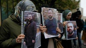 Protesta con fotografías de Zelimkhan Khangoshvili frente a la embajada de Alemania en Tbilisi, en Georgia.