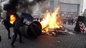 Protesta este sábado en el primer aniversario de los 'chalecos amarillos' en la plaza Italia, en París.