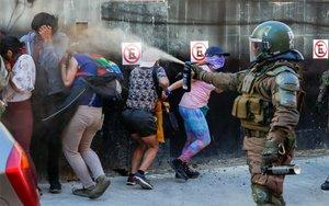 La policía en Chile ataca a los protestantes con gases y perdigones.
