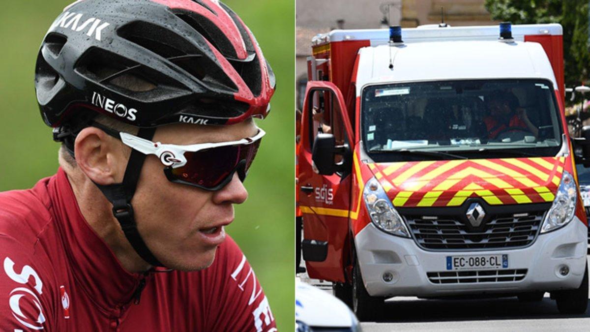 Chris Froome, junto a la ambulancia que le ha trasladado al hospital.