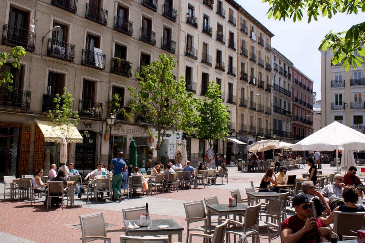 Varios vecinos disfrutando del tiempo libre en la Plaza de Chueca.