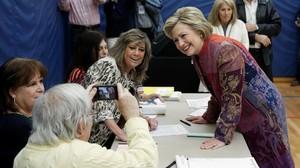 Clinton posa para una foto con una delegada de mesa antes de votar, en la Grafflin School, en Chappaqua (Nueva York), este martes.