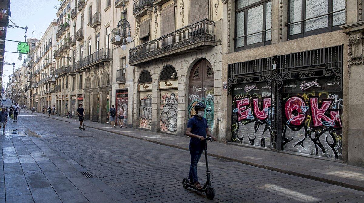Comercios cerrados en la calle de Ferran de Barcelona.