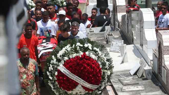 Comienzan a enterrar a los futbolistas muertos en el incendio de las instalaciones del Flamengo.