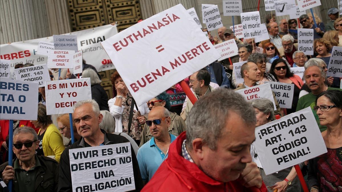 Concentración a favor de la eutanasia en el Congreso de los Diputados