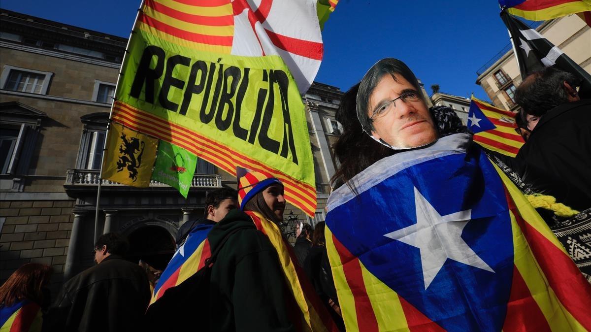 Concentrados convocados por la ANC frente a la Generalitat lucen caretas con el rostro de Puigdemont.