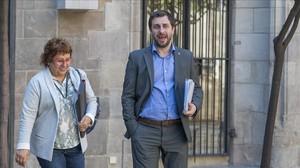 El conseller de Salut, Toni Comín, con la consellera de Treball, Dolors Bassa, este martes, a la salida de la reunión del Consell Executiu.