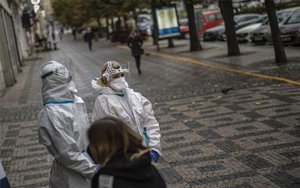Personal médico en Praga realiza pruebas de covid-19.