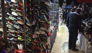 Compradores de productos falsificados en un pasillo del zoco Murakkab de Nador, al que en esa ciudad y en Melilla conocen como El Cortinglé.