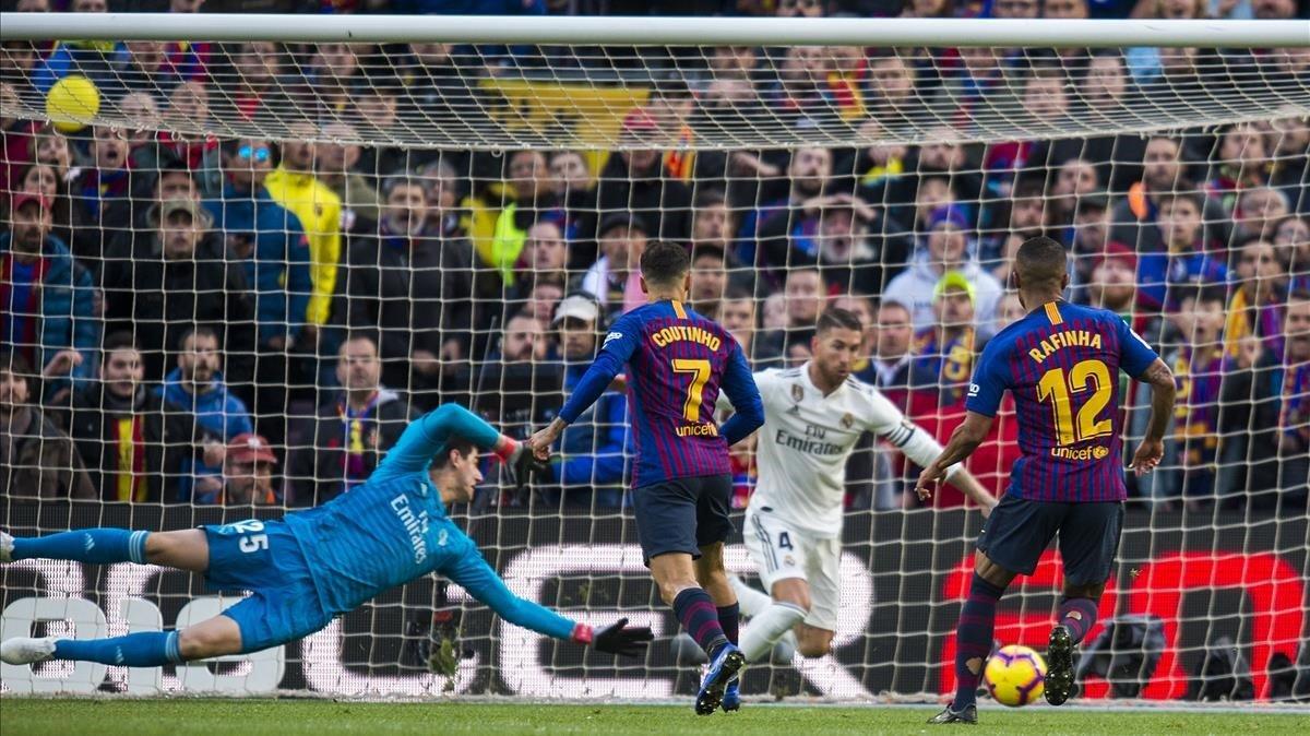 Coutinho envía el balón a la red fuera del alcance de Ramos y Courtois en el primer tanto azulgrana.