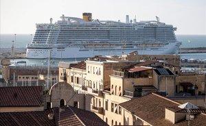 El crucero Costa Esmeralda, en el puerto de Civitavecchia (Roma).