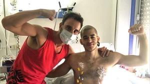 Dani Rovira, durante una visita a Pablo Ráez cuando este estaba hospitalizado.