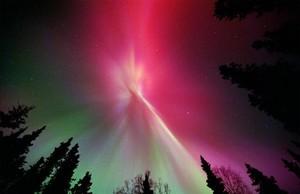 Una aurora, resultado de una tormenta solar, sobre los cielos de Kenai, en Alaska.