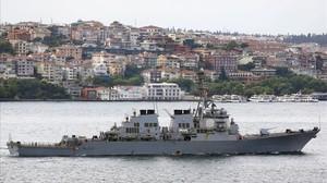 El destructor 'USS Ross' navega por el Bósforo tras finalizar una misión en Estambul, en junio del 2015.