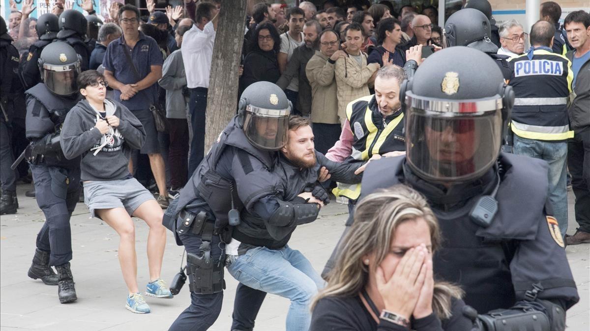 La policía interviene en el barrio de Cappont de Lleida.