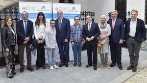 El Dr. Rafael Blesa (segundo por la derecha) y Jaume Giró, director general de la Fundación Bancaria la Caixa (cuarto por la derecha), durante la presentación del estudio, que contó con el apoyo de Vicente del Bosque y de la Fundación Catalana Síndrome de Down