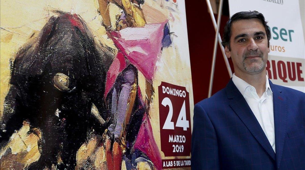 Jesulín de Ubrique, junto al cartel que anuncia la corrida de Morón, este viernes.