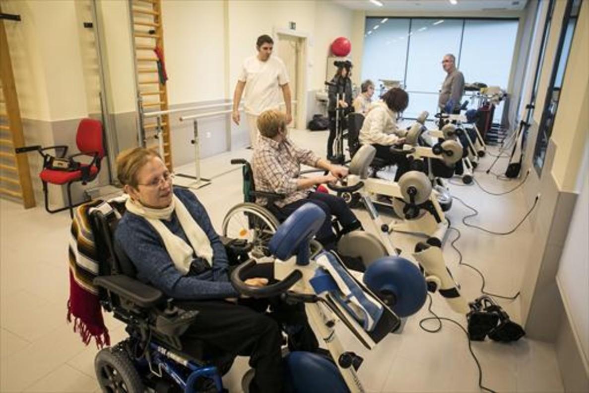 Afectados de esclerosis, en una sala de laAssociació Catalana la Llar.