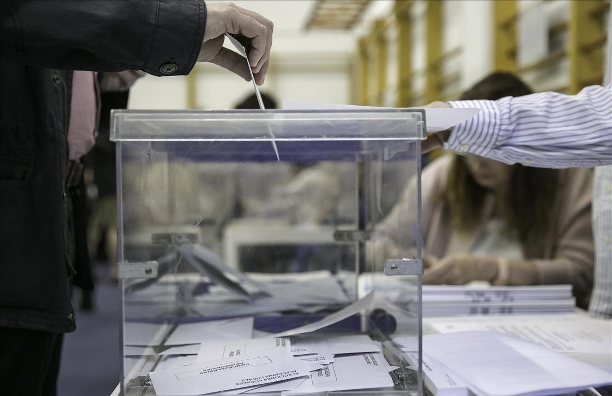 Un hombreintroduce la papeleta en la urna en las pasadas elecciones generales