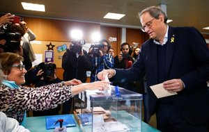 El president de la Generalitat, Quim Torra, en el momento de votar en Barcelona el pasado 28 de abril.